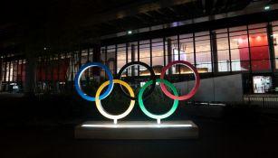 Aros Olímpicos iluminados en el aeropuerto de Tokio