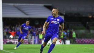 Jonathan Rodríguez durante un partido con Cruz Azul