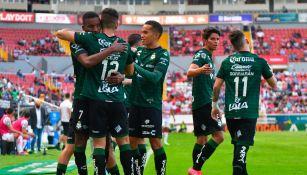 Jugadores de Santos celebran gol vs Necaxa