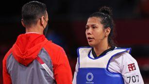 Briseida Acosta recibe consejos por parte de su entrenador