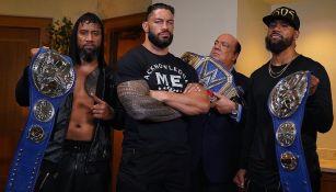 Roman Reigns posó con sus cinturones
