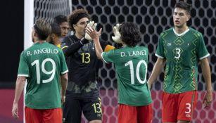 Jugadores mexicanos festejando el triunfo ante Sudáfrica