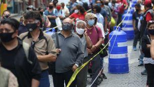 Capitalinos hacen fila para vacunarse
