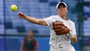 Anissa Urtez lanza una bola en juego del Tri