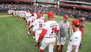 Jugadores de los Diablos Rojos del México tras una victoria