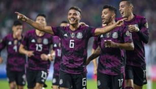 Futbolistas mexicanos festejando un gol