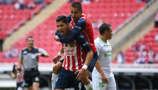 Jugadores de Chivas festejan un gol