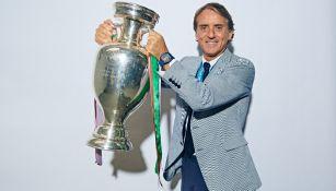 Roberto Mancini posa con el trofeo de la Eurocopa 2020