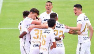 Jugadores de Pumas festejando el gol de Corozo