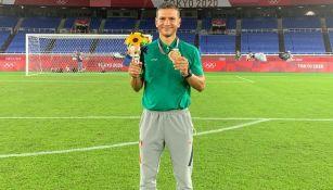 Jaime Lozano posa con su medalla de Bronce en Tokio 2020