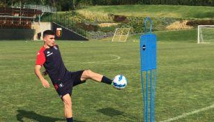 Johan Vásquez en su primer entrenamiento con el Genoa