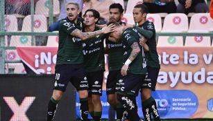 Jugadores de Santos festejan un gol