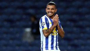 Tecatito Corona durante un partido con el Porto