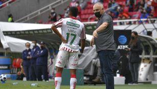 Guillermo Vázquez da instrucciones en el Chivas vs Necaxa
