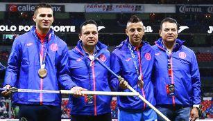Medallistas olímpicos son homenajeados en el Azteca