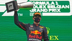 Max Verstappen levanta trofeo de primer lugar en el GP de Bélgica