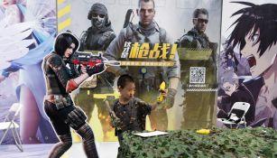 Niño de China disfruta de una partida de videojuegos