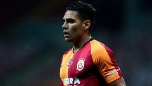 Radamel Falcao durante un duelo con el Galatasaray