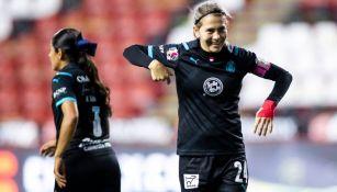 Alicia Cervantes celebrando un gol con Chivas