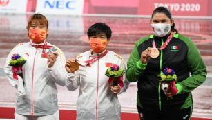 Rosa Carolina Castro muestra con orgullo su presea junto a sus rivales