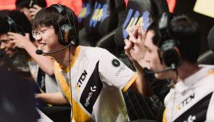 Jugadores de XTEN festejando el triunfo sobre Furious Gaming