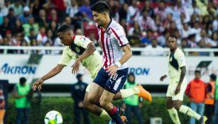 Jesús Molina en acción con Chivas ante América