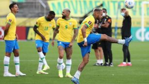 Neymar controla un balón