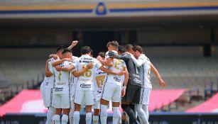 Jugadores de Pumas previo a un partido en CU