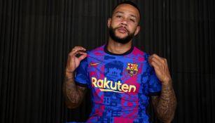 Memphis Depay posa con la nueva camiseta del Barcelona