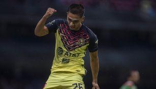 Salvador Reyes festeja un gol con América