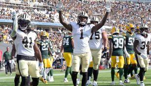Jugadores de los Saints celebran ante los Packers