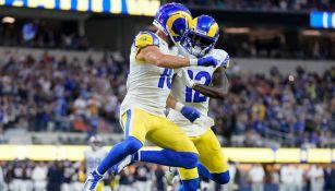 Jugadores de los Rams celebran ante los Bears