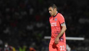 Pablo Aguilar durante un partido con Cruz Azul