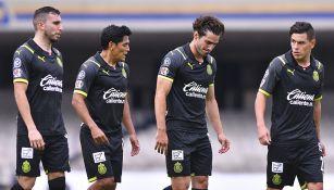 Jugadores de Chivas en el partido contra Pumas