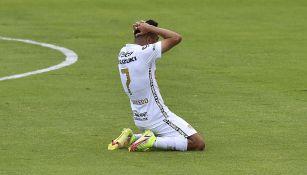 Sebastián Saucedo se lamenta tras una falla