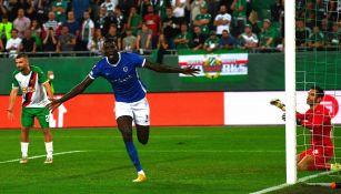 Paul Onuachu del Genk celebra anotación en Europa League