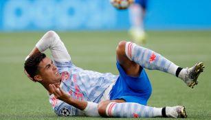 Cristiano Ronaldo cae durante partido del Manchester United