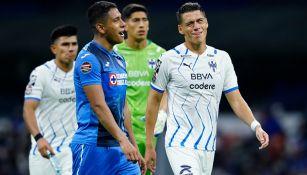 Luis Romo de Cruz Azul junto a Héctor Moreno de Rayados reaccionan durante partido