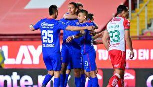 Romo, Orbelín y Piojo celebrando un gol con Cruz Azul