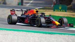 Checo Pérez en acción con Red Bull