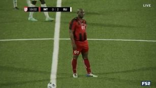 Ronnie Brunswijk en acción con Inter Moengotapoe