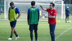 Leaño da instrucciones a jugadores de Chivas