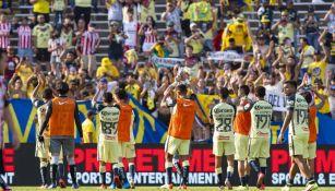 Jugadores del América celebran tras vencer a Chivas
