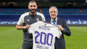 Florentino Pérez entregó una playera conmemorativa a Benzema