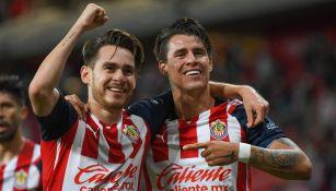 Angulo y Chicote celebrando un gol con Chivas