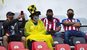 Aficionados de América y Chivas al interior del Estadio Azteca