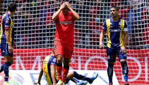 Jugadores reaccionan durante el partido de Toluca contra Atlético de San Luis