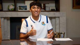 Jonathan Gómez firmando contrato con la Real Sociedad