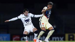 Alan Mozo disputa el balón con Roger Martínez