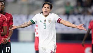 Carlos Salcedo durante un partido con el Tri